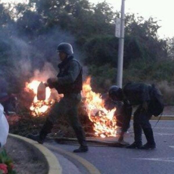 20140702130120-cubazuela-soldados-prendiendo-fuegos.jpg