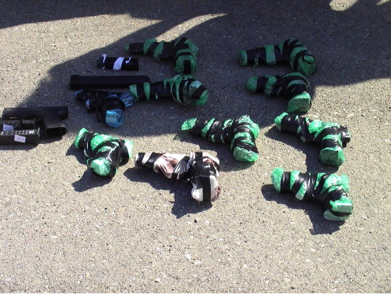 Algunas de las armas camufladas en el vehículo.