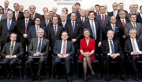 Los participantes posan para la foto de familia de la reunión informal del Eurogrupo que se celebró este viernes en Copenhague... EFE