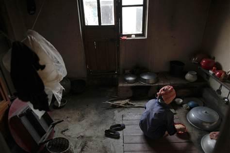 Imagen: Una mujer de Corea del Norte prepara una comida