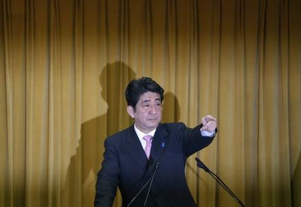 El líder del PLD, Shinzo Abe, durante una rueda de prensa, este lunes en Tokio.