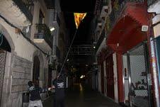 Miembros de CDY arrancan una estelada en una calle peatonal de Vilanova i la Geltrú.